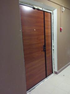 стальные двери тамбурные с отделкой ламинат