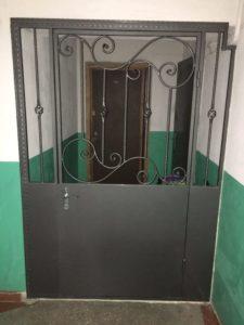 входная дверь в тамбур с решеткой